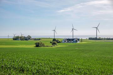 Windpark und grüne Felder auf Bornholm