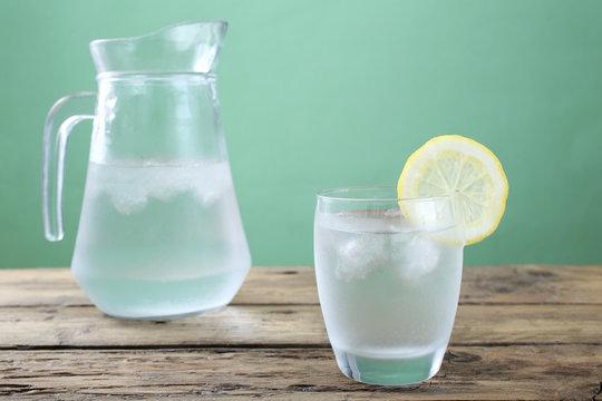 acqua bicchiere e caraffa di vetro trasparente sfondo rustico