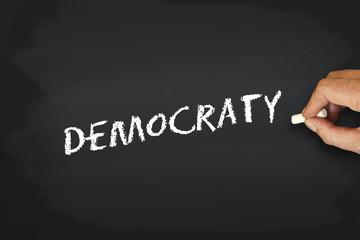 Concept écriture à la craie sur tableau noir - democraty