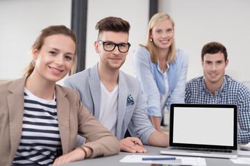 junges team präsentiert etwas am laptop