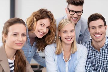 gruppe studenten schaut lachend in die kamera