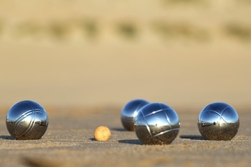 Boulekugeln am Strand
