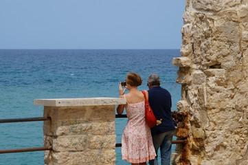 Turisti affacciati sul mar mediterraneo