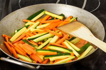 Cooking of stir-fried vegetables with zucchini and carrots
