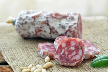Salami (Rohwurst), auf Jute, Pinienkerne, Basilikum