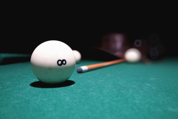 snooker cue balls on the table