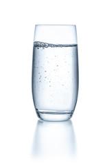Glas mit Wasser vor einem weißen Hintergrund