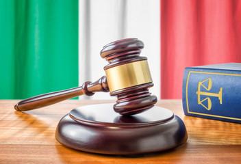 Richterhammer und Gesetzbuch - Italien