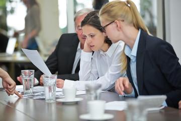 Business Team liest Vertrag im Meeting