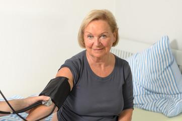 Arzt mißt den Blutdruck