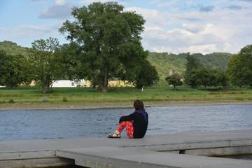 Junge Frau auf dem Steg an der Elbe