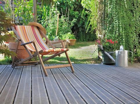 chaise longue dans jardin avec terrasse en bois