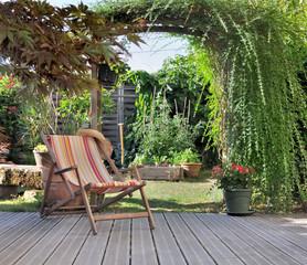 transat dans jardin avec terrasse en bois