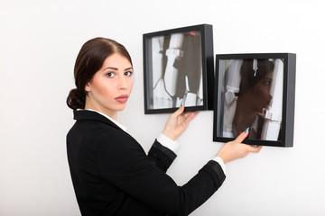 Galeristin hängt ein Bild auf