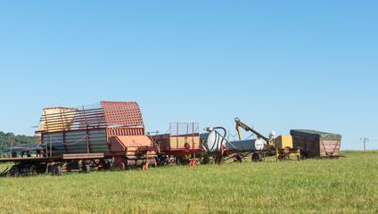 landwirtschaftliches Gerät wartet auf den Einsatz
