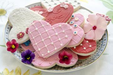 Fototapete - Galletas de mantequilla con forma de corazon decoradas con fondat