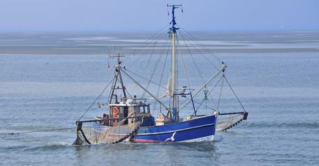 Krabbenkutter beim Fang im ostfriesischen Wattenmeer in der Nordsee vor Norderney,Deutschland