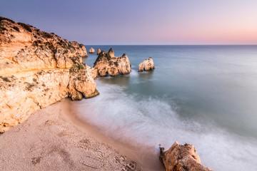 Playa de los tres hermanos desde acantilado, en Portimao, Algarve, Portugal.