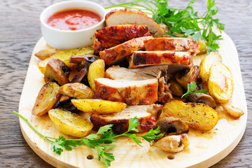 Roast pork with potatoes and garlic.