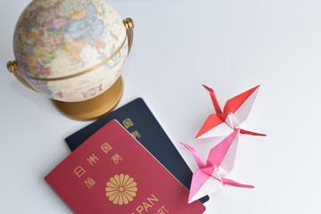 パスポート、折り紙の鶴と地球儀
