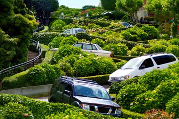 Fotobehang San Francisco Cars drive down Lombard Street switchback in San Francisco CA