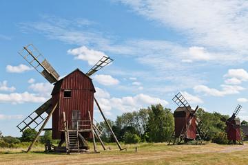 rote Bockwindmühlen am Wald