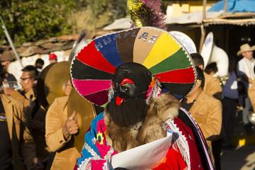 Hombres danzantes disfrazados en fiesta de la sierra del Perú, pachas peruanos.