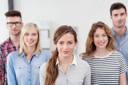 gruppe studenten schaut lächeln in die kamera