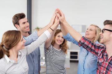 motiviertes team klatscht die hände zusammen
