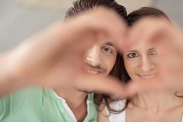 verliebtes paar zeigt ein herz mit den händen