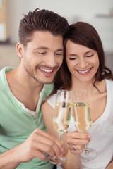 glückliches paar trinkt ein glas sekt zusammen