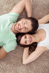 entspanntes paar liegt auf dem teppich