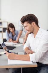 geschäftsmann schaut konzentriert auf laptop