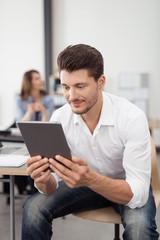 geschäftsmann liest am tablet-pc