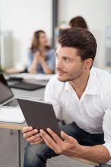 geschäftsmann mit tablet-pc am arbeitsplatz