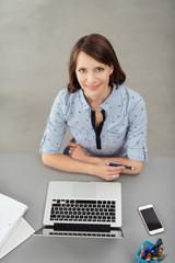 studentin arbeitet am laptop