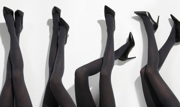 Kobiece nogi w szpilkach i rajstopach.Nogi kobiety w rajstopach.