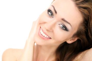 Roześmiana młoda dziewczyna.Portret uśmiechniętej pięknej, naturalnej kobiety.