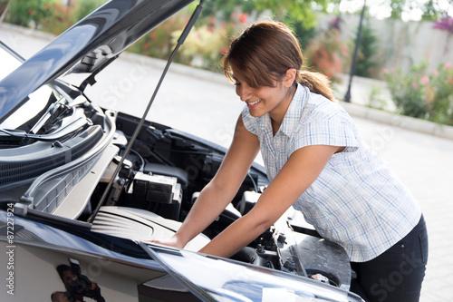 Frau kontrolliert den Motor\