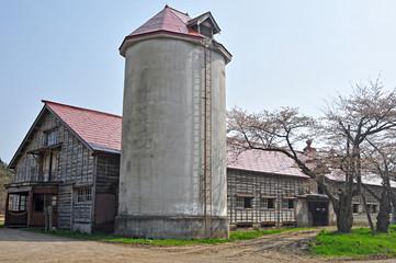 農園の牧舎とサイロ