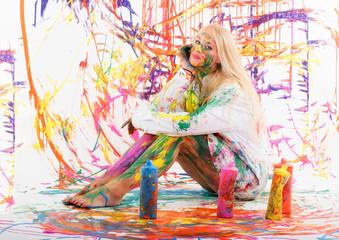 Blondes Mädchen mit Fingermalfarben