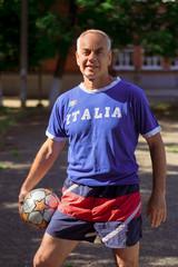Футболист с мячом