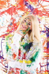 Blondes Mädchen mit Fingermalfarbe im Gesicht