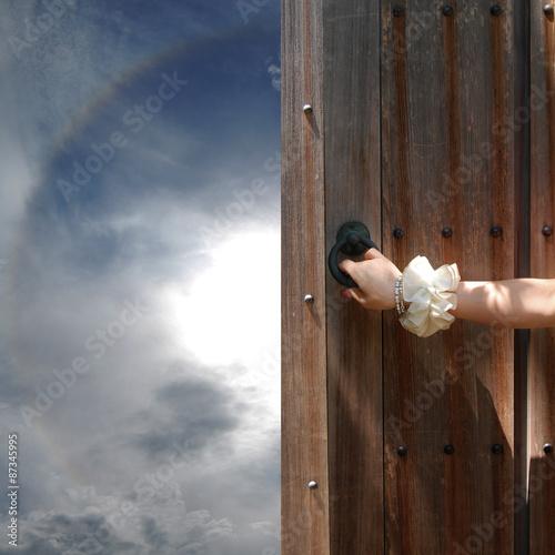 古い扉を開ける手と希望の空fotoliacom の ストック写真とロイヤリティ