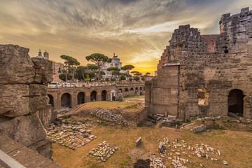 Trajans-Forum im Sonnenuntergang in Rom
