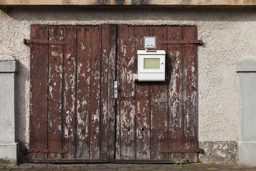 altes Garagentor Einfahrt