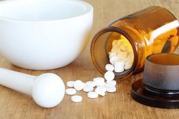 Reibschale, Pistill und Tablettenfläschchen
