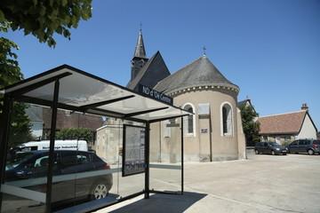 Vue de la place du centre ville de Notre Dame d'oé avec son église.