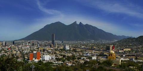 Cerro de la Silla, emblema de la ciudad de Monterrey, Nuevo León. Visto desde el Cerro del Obispado, que ofrece una panorámica de la ciudad.