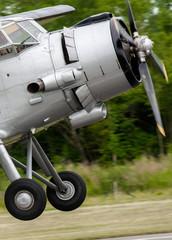 Altes Flugzeug bei der Landung